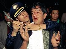 Mexico City, policista zatýká podezřelého z loupeže