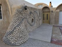 Hliněný rodinný dům Superadobe v USA
