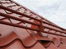 Nejen trubkovou protisněhovou zábranu lze na střechu instalovat dodatečně