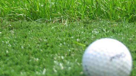 Umělá tráva na golfu.