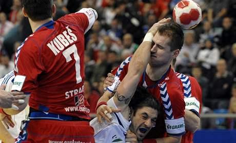 Česko - Francie, Bertrand Gille z Francie (s míčem) se snaží protlačit mezi Danielem Kubešem (vlevo) a Jiřím Hynkem