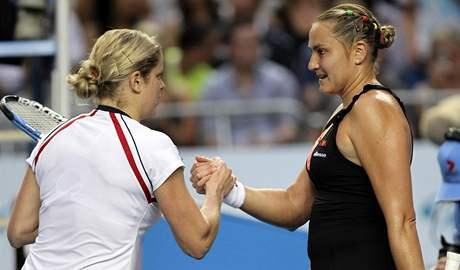 Kim Clijstersová (vlevo) gratuluje Nadě Petrovové k postupu do 4. kola Australian Open