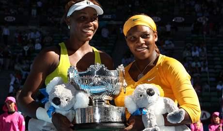 Venus (vlevo) a Serena Williamsovy - vítězky Australian Open 2010