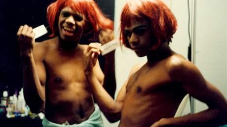 Snímek z dokumentárního filmu Tonyho Ayrese Double Trouble, jehož námětem jsou gayové a lesby mezi Aboridžinci v Austrálii
