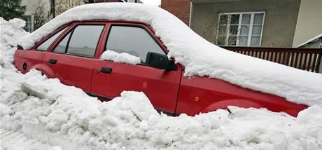Ve sněhu uvězněné auto na ulici Eleonory Voračické v brněnských Žabovřeskách