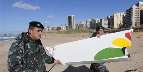 Libanonci odnášejí po pláži v Bejrútu trosky etiopského letadla (26. ledna 2010)