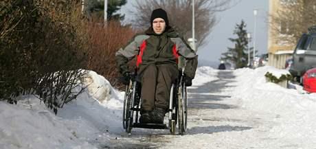 Vozíčkář Jaroslav Šrámek bydlí na brněnských Vinohradech a jeho pohyb ve sněhu je s mechanickým vozíkem značně problematický.