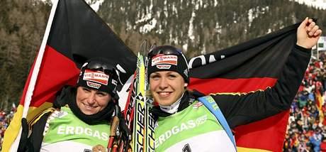 Andrea Henkelová (vlevo) a Magdalena Neunerová v cíli závodu SP v Anterselvě