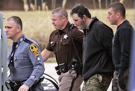 Christopher Speight je po dopadení odváděn policisty