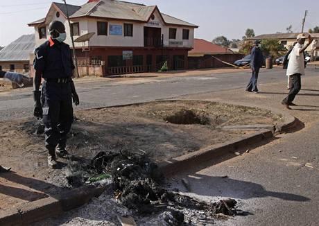 Na zemi pozůstatky jedné z obětí násilností v nigerijském městě Jos