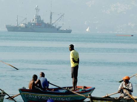 Haiťané vyhlížejí trajekt, který by je odvezl z Port-au-Prince