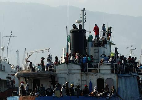 Haiťané na trajektu, který míří z Port-au-Prince