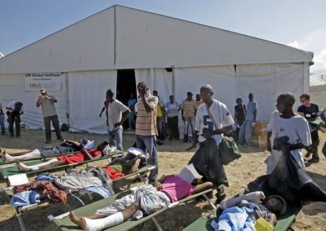 Stěhování raněných v Port-au-Prince