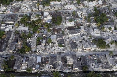 Letecký snímek škod v haitském městě Leogane