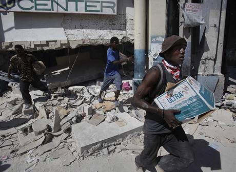Rabující Haiťané v Port-au-Prince