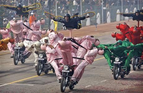 Alegorické motocykly v průvodu v Dillí ke Dni republiky