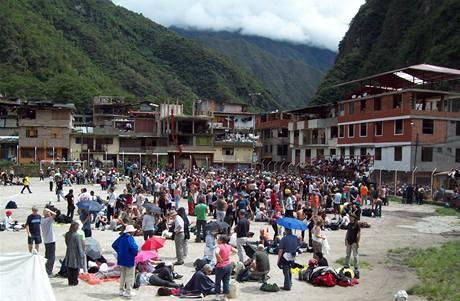 Turisté shromáždění na fotbalovém hřišti v Aguas Calientes poblíž Machu Picchu