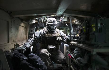 Americký voják v obrněném voze na severovýchodě Afghánistánu