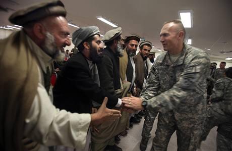Americký důstojník si potřásá rukama s vůdci paštúnského kmene, který se rozhodl bojovat proti Talibanu