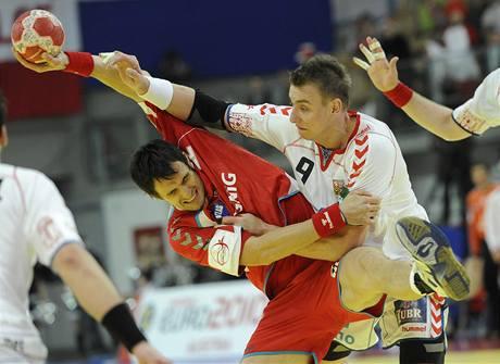 Česko - Polsko: Filip Jícha (vpravo) bojuje o míč s Marcin Lijewskim