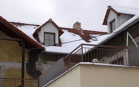 Odtátý sníh na střechách odhalí kvalitu izolaci v podkroví