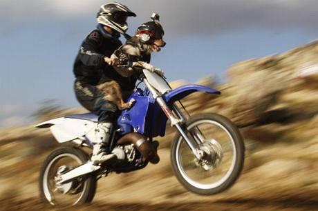 Opee vyvažuje motorku na nádrži
