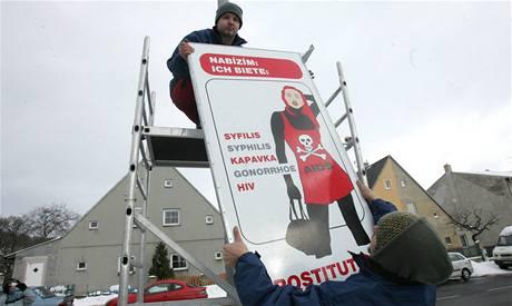 Instalace cedulí v Chomutově. které varují před prostitucí