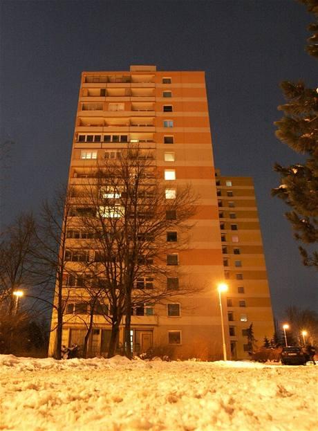 Panelák v Olomouci, ze kterého žena vyhodila dítě a sama skočila
