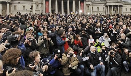 Britští fotografové na náměstí Trafalgar v centru Londýna. (23. ledna 2010)