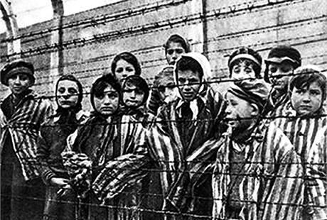 Osvětimské děti zachráněné na konci války z tábora smrti.