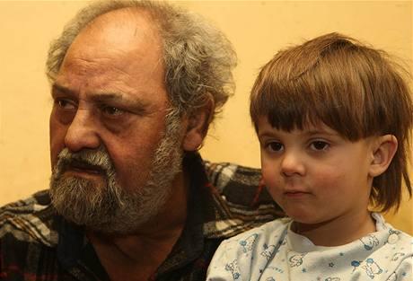 Andrej Kocur s tříletou vnučkou Pavlínkou, o níž se po letech přihlásila její matka (25. ledna 2010)