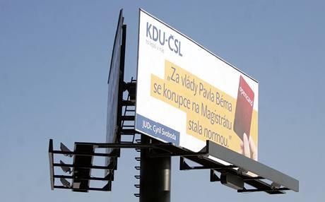Cyril Svoboda zaplatil výrobu billboardů, které kritizují primátora Béma a vyzývají ho k odstoupení (26. ledna 2010)