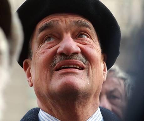 Odhalení pamětní desky Olze Havlové přihlížel i Karel Schwarzenberg (27. ledna 2009)