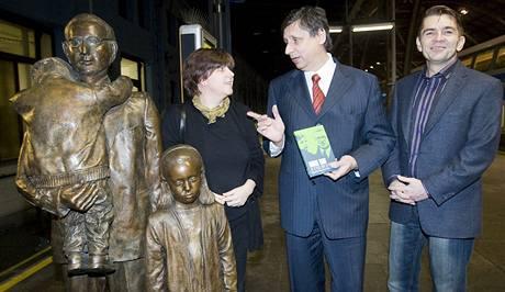 Premiér Jan Fischer pokřtil na pražském hlavním nádraží knihu Winton Train - po 70 letech znovu do Londýna autorů Magdaleny Wagnerové a Milana Vodičky (28. ledna 2010)