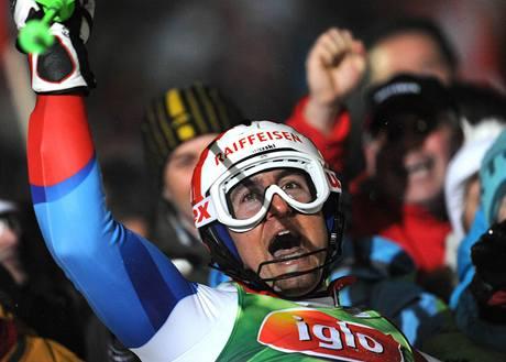 Silvan Zurbriggen slaví druhé místo ve slalomu v Schladmingu