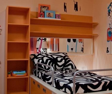 Za postelí je zrcadlo, aby se prostor opticky zvětšil