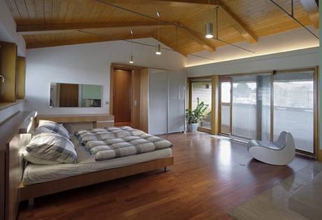 Ložnice rodičů - na vybavení podkroví se z velké části podílelo studio Hanák nábytek, které dodalo