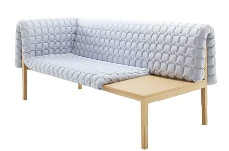 Lavice od Inge Sempé funguje i jako konferenční stolek, po zásluze byla oceněna i na imm