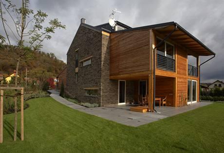 Pohled ze západní strany jasně naznačuje kompoziční členění na střední zděnou část a dvě dřevěné přístavby