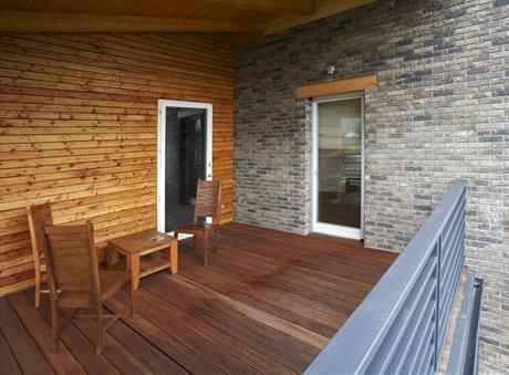 Krytá terasa vpatře je přístupná zdětského pokoje a ložnice rodičů, poskytuje dostatek místa pro sezení a krásný pohled do okolí