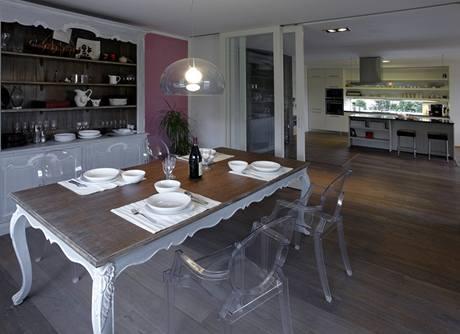 Jídelna je zařízena kombinací nejmodernějšího desénového nábytku a replikami nebarokních a orientálních doplňků
