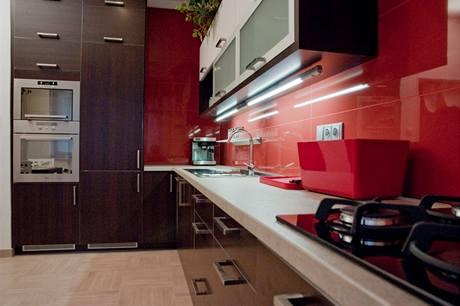 Prostor vedle vstupních dveří nově zaplnily vestavná chladnička, trouba a úložné prostor