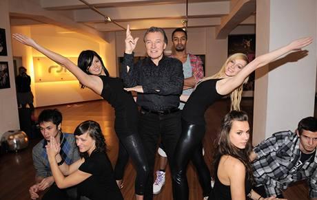 Karel Gott se učí tanci s Yemim a jeho skupinou
