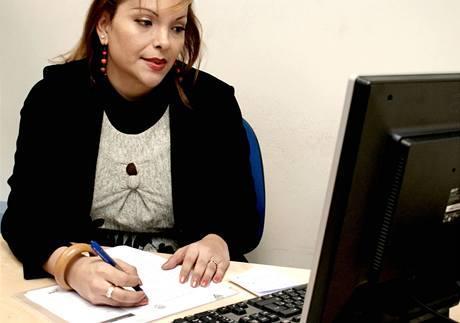 Lizethe ve své cogamské kanceláři koordinuje programy na pomoc lidem s odlišnou sexuální orientací