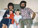 Iva Málková. - Doma s manželem a dcerami. (1989)