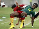 Egypt - Kamerun: Bedimo Nsame z Kamerunu v souboji s Egyptským kapitánem Ahmedem Hassanem.