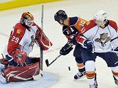 NY Islanders - Florida: hostující gólman Tomáš Vokoun čelí šanci Richarda Parka. Vpravo bránící  Dmitrij Kulikov.