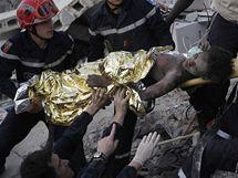 Francouzští záchranáři vynášejí dívku, která přežila pod troskami 15 dnů