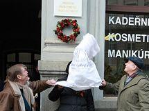 Václav Havel s Danou Němcovou a Václavem Malým odhalili pamětní desku pro Olgu Havlovou (27. ledna 2009)