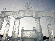 V Rusku, a nejen tam, jsou schopni z ledu vysekat celé město. Na snímku letošní sochání z ledu u Raifského kláštera, zhruba 30 kilometrů od tatarstánské metropole Kazaně,